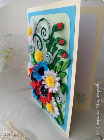 Здравствуйте! И снова у меня сегодня поздравительная открытка. Основа-картон молочного, небесно-голубого и нежного зеленого цветов. Оформлена полевыми цветами в технике квиллинг. Украшена стразиками. Внутри есть место для поздравления. Размер открытки 15х10.5 см. фото 2