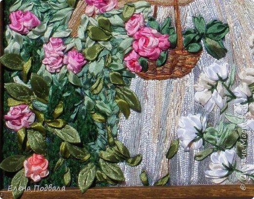 """Дорогие жители Страны Мастеров! Представляю на Ваш строгий суд новую мою вышивку.  Мне очень понравился принт """"Девушка в розовом саду"""".  Захотелось поэскспериментировать... Использовала нитки: мулине, букле, шелковый """"ирис"""", а также бисер (бусы и сережка), органзу (рукавчики), шелковые ленты. Задний фон только частично вышила (зелень). Для эффекта 3D. Размер 150*210 мм, рамка, стекло. Эта картинка подарена на 30-летний юбилей другу моих сыновей! фото 5"""