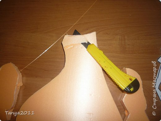 Итак. часто для настенного панно для оформления трудно найти лёгкий материал, поддающийся конструированию, покраске. Я видела варианты с солёным тестом, но это очень трудоёмко, да солёное тесто нелёгкое по весу. Нам необходимо для фигурки девочки и мальчика лист пеноплекса 2 см толщиной, ножи канцелярские (9 мм, 18 мм, скальпель-нож - какие есть), гуашь, лак акриловый фото 4