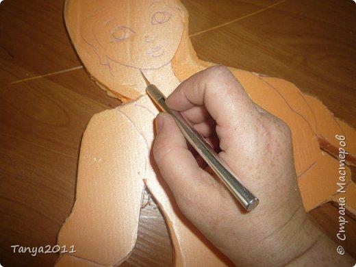 Итак. часто для настенного панно для оформления трудно найти лёгкий материал, поддающийся конструированию, покраске. Я видела варианты с солёным тестом, но это очень трудоёмко, да солёное тесто нелёгкое по весу. Нам необходимо для фигурки девочки и мальчика лист пеноплекса 2 см толщиной, ножи канцелярские (9 мм, 18 мм, скальпель-нож - какие есть), гуашь, лак акриловый фото 12