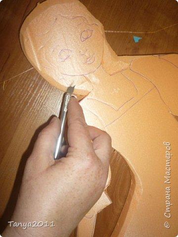 Итак. часто для настенного панно для оформления трудно найти лёгкий материал, поддающийся конструированию, покраске. Я видела варианты с солёным тестом, но это очень трудоёмко, да солёное тесто нелёгкое по весу. Нам необходимо для фигурки девочки и мальчика лист пеноплекса 2 см толщиной, ножи канцелярские (9 мм, 18 мм, скальпель-нож - какие есть), гуашь, лак акриловый фото 13
