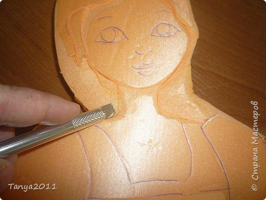 Итак. часто для настенного панно для оформления трудно найти лёгкий материал, поддающийся конструированию, покраске. Я видела варианты с солёным тестом, но это очень трудоёмко, да солёное тесто нелёгкое по весу. Нам необходимо для фигурки девочки и мальчика лист пеноплекса 2 см толщиной, ножи канцелярские (9 мм, 18 мм, скальпель-нож - какие есть), гуашь, лак акриловый фото 15
