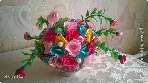 Розочки в подарок милой невестке (жене брата). Хотелось подарить небольшой по размерам букет, чтобы он легко вписался в интерьер и мог менять место от желания хозяйки. А яркими цветами радовал бы в любое время года.  фото 1