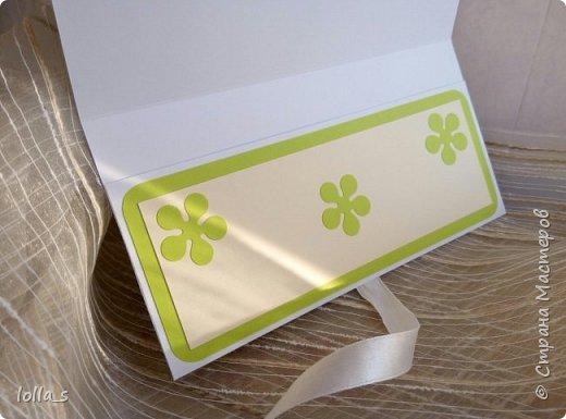 Здравствуйте!! Сегодня у меня конвертик для денежного подарка. Основа-картон белого, насыщенного зеленого и молочного цветов. Оформлена цветами, листиками, завитками в технике квиллинг в разных оттенках солнечного желтого цвета с добавлением нежного и насыщенного зеленого цвета. Украшен конвертик стразиками. Размер конвертика 16.5х8.5 см фото 4