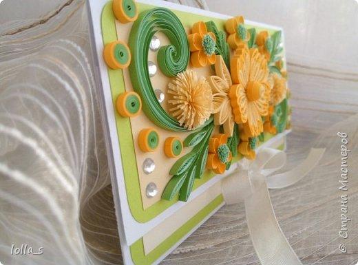 Здравствуйте!! Сегодня у меня конвертик для денежного подарка. Основа-картон белого, насыщенного зеленого и молочного цветов. Оформлена цветами, листиками, завитками в технике квиллинг в разных оттенках солнечного желтого цвета с добавлением нежного и насыщенного зеленого цвета. Украшен конвертик стразиками. Размер конвертика 16.5х8.5 см фото 3