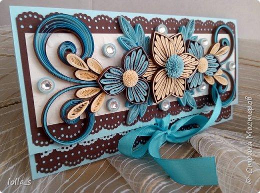 Здравствуйте! Я снова с Конвертиком для денег. Основа-картон голубого и шоколадного цвета. Оформлена цветами, завитками, листиками в технике квиллинг в шоколадно-голубой цветовой гамме. Украшена стразиками. Размер конвертика 16.5х8.5 см. фото 2
