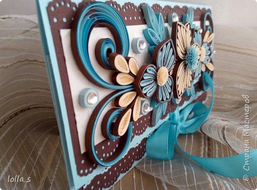 Здравствуйте! Я снова с Конвертиком для денег. Основа-картон голубого и шоколадного цвета. Оформлена цветами, завитками, листиками в технике квиллинг в шоколадно-голубой цветовой гамме. Украшена стразиками. Размер конвертика 16.5х8.5 см. фото 3