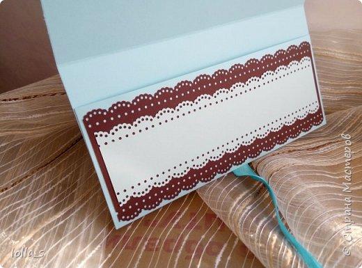 Здравствуйте! Я снова с Конвертиком для денег. Основа-картон голубого и шоколадного цвета. Оформлена цветами, завитками, листиками в технике квиллинг в шоколадно-голубой цветовой гамме. Украшена стразиками. Размер конвертика 16.5х8.5 см. фото 4