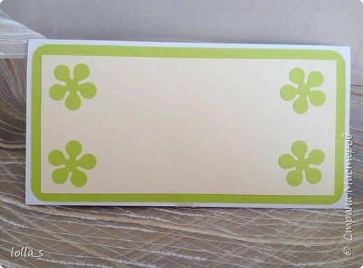 Здравствуйте!! Сегодня у меня конвертик для денежного подарка. Основа-картон белого, насыщенного зеленого и молочного цветов. Оформлена цветами, листиками, завитками в технике квиллинг в разных оттенках солнечного желтого цвета с добавлением нежного и насыщенного зеленого цвета. Украшен конвертик стразиками. Размер конвертика 16.5х8.5 см фото 5