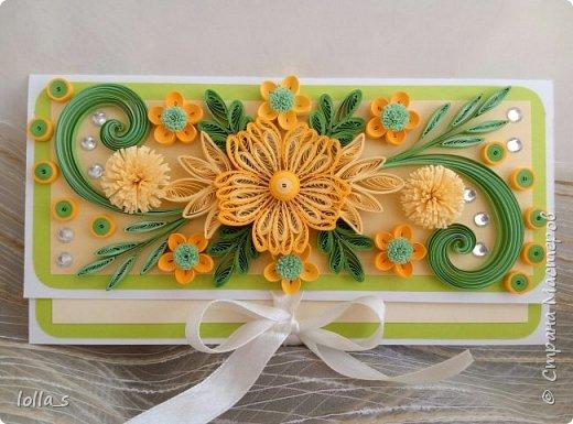 Здравствуйте!! Сегодня у меня конвертик для денежного подарка. Основа-картон белого, насыщенного зеленого и молочного цветов. Оформлена цветами, листиками, завитками в технике квиллинг в разных оттенках солнечного желтого цвета с добавлением нежного и насыщенного зеленого цвета. Украшен конвертик стразиками. Размер конвертика 16.5х8.5 см фото 1
