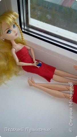 """Всем привет! Недавно у меня появилась новенькая, о которой частично и будет блог.  Для нее и Алисы я сшила платья, правда пока не придумала ,как сделать туфли, поэтому """"леди"""" ходят босиком. Стиль """"фотосессия на подоконнике"""" мой """"излюбленный"""", т.к  других мест очень мало. Рукодельное в блоге - платья, кружка с чаем, гамбургер, цветок. Поехали! фото 9"""