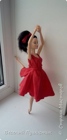"""Всем привет! Недавно у меня появилась новенькая, о которой частично и будет блог.  Для нее и Алисы я сшила платья, правда пока не придумала ,как сделать туфли, поэтому """"леди"""" ходят босиком. Стиль """"фотосессия на подоконнике"""" мой """"излюбленный"""", т.к  других мест очень мало. Рукодельное в блоге - платья, кружка с чаем, гамбургер, цветок. Поехали! фото 12"""
