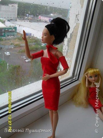 """Всем привет! Недавно у меня появилась новенькая, о которой частично и будет блог.  Для нее и Алисы я сшила платья, правда пока не придумала ,как сделать туфли, поэтому """"леди"""" ходят босиком. Стиль """"фотосессия на подоконнике"""" мой """"излюбленный"""", т.к  других мест очень мало. Рукодельное в блоге - платья, кружка с чаем, гамбургер, цветок. Поехали! фото 6"""
