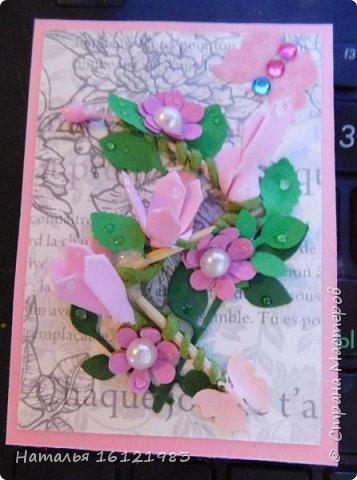Весь сегодняшний день ходила и думала из чего делать серию. Потом приступила перебирать свои запасы, среди которых нашла: дырокольности, которые делала много месяцев назад, немного цветочков и  стразиков (остатки), сделала вырубку веточек,  и использовала краску для создания жемчужин, но я воспользовалась ею иначе...решила, что у меня цветочки будут будто после дождя..создавала этой краской капельки.  Выбирают только участники совместника http://stranamasterov.ru/node/1040245#comment-14105397 фото 2