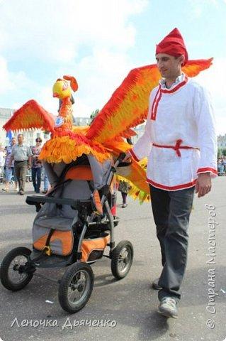 """Здравствуйте, жители Страны Мастеров. В июле в нашем городе проходил традиционный парад колясок. Наша семья уже не первый год участвует в таком масштабном мероприятии, приуроченном к Дню города. Решили сделать коляску """"Жар-птица"""" по сказке П.Ершова """"Конёк - горбунок"""".  фото 2"""