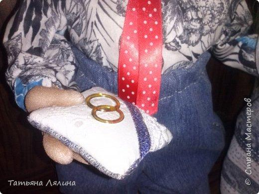 """Всем доброго дня! Хоть я и далеко не профессионал по части тортов, хочу поделиться своим сладким подарком на """"джинсовую"""" свадьбу. Торт планировался смешным и позитивным, в тему оказались именно джинсы фото 10"""