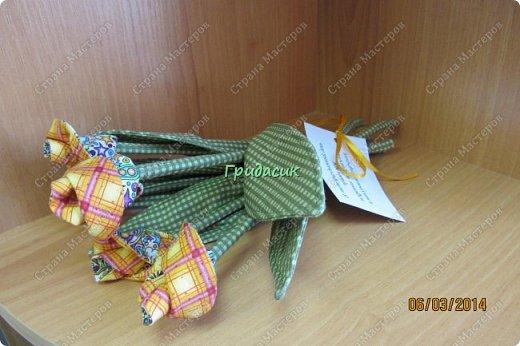 И снова доброго времени суток всем! Однажды на 8 Марта девочка на работе одарила мне рукотворные тюльпаны. Девочка знала, что я очень люблю и уважаю подарки, сделанные своими руками. А т.к. швея она была так себе, то сделала то, что проще сделать. А я.... Я, как всегда, загорелась: мне тоже нужно ведро тюльпанов! фото 16