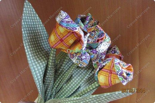 И снова доброго времени суток всем! Однажды на 8 Марта девочка на работе одарила мне рукотворные тюльпаны. Девочка знала, что я очень люблю и уважаю подарки, сделанные своими руками. А т.к. швея она была так себе, то сделала то, что проще сделать. А я.... Я, как всегда, загорелась: мне тоже нужно ведро тюльпанов! фото 15