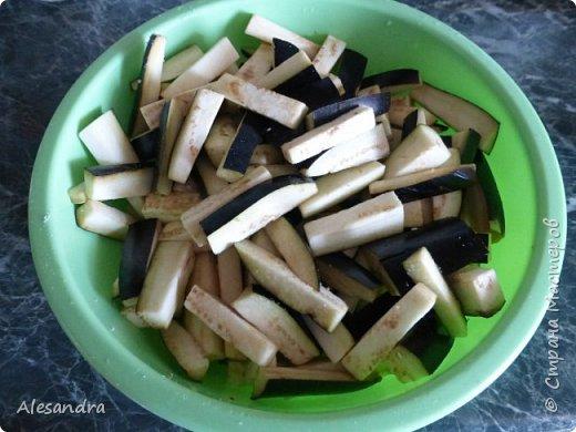 Так же как и кабачаки я еще люблю и баклажаны))) Вкус получается грибов!! Готовятся быстро и легко!  Состав:  1. Баклажаны - (4 шт) небольшие 2. Чеснок - 2 больших зубчика 3. Соль 4. Сахар - 0,5 ч.л. 4. Соевый соус - 3- 4 ст. л. (по вкусу) 5. Масло растительное - 3 ст.л. 6. Зелень - по вкусу.  Приготовление:  Нарезаем баклажаны брусочками, солим, что бы горечь сошла. На растительном масле поджариваем мелко нарезанный чеснок. Добавляем баклажаны Чуть помягчели добавляем сарах Затем соевый соус (все по вкусу, кто как любит, можно больше сахара, больше соевого соуса, кто то присаливает еще) За пять минут добавляем зелень, кто какую любит, я кладу кинзу и петрушку. Доводим до готовности. Для разнообразия можно добавить сметанки, будет очень вкусно))  Очень вкусно!!!  фото 2