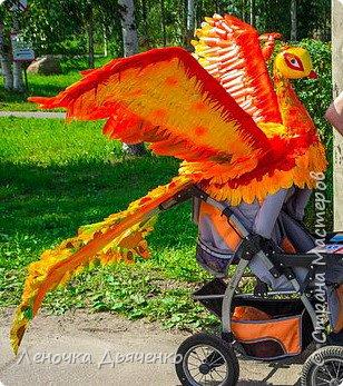 """Здравствуйте, жители Страны Мастеров. В июле в нашем городе проходил традиционный парад колясок. Наша семья уже не первый год участвует в таком масштабном мероприятии, приуроченном к Дню города. Решили сделать коляску """"Жар-птица"""" по сказке П.Ершова """"Конёк - горбунок"""".  фото 8"""