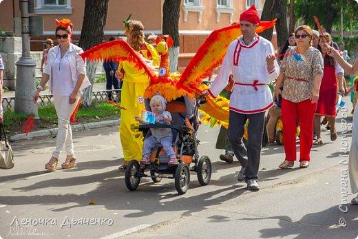 """Здравствуйте, жители Страны Мастеров. В июле в нашем городе проходил традиционный парад колясок. Наша семья уже не первый год участвует в таком масштабном мероприятии, приуроченном к Дню города. Решили сделать коляску """"Жар-птица"""" по сказке П.Ершова """"Конёк - горбунок"""".  фото 3"""