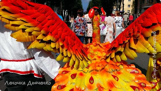 """Здравствуйте, жители Страны Мастеров. В июле в нашем городе проходил традиционный парад колясок. Наша семья уже не первый год участвует в таком масштабном мероприятии, приуроченном к Дню города. Решили сделать коляску """"Жар-птица"""" по сказке П.Ершова """"Конёк - горбунок"""".  фото 4"""