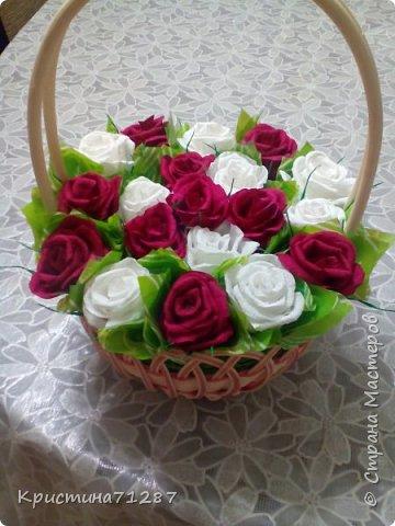 Сладкая корзина из 19 роз