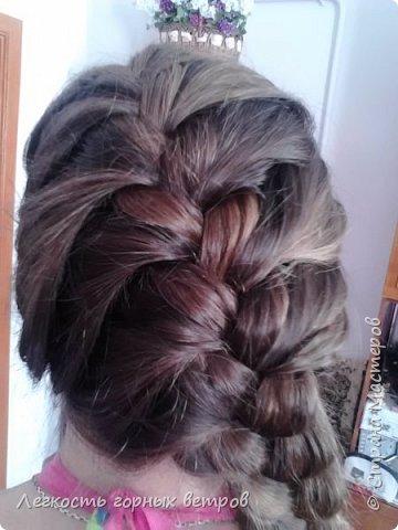 Это обычна французкая коса сплетенная на бок. Очень просто и в то же время со вкусом)
