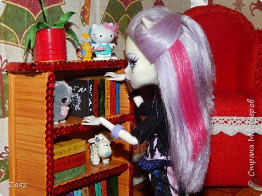 И снова здравствуйте) Вот и последняя часть моего кукольного ремонта. Здесь я вам покажу, как я ее украсила) Я использовала: -Самоклеющиеся стразы (57 рублей в книжном магазине); -Пайеточные ленты (20 рублей за метр в швейном магазине); -Бумага; -Акриловые краски, лаки для ногтей; -Картон; -Игрушки из киндера сюрприза; -Наклейки (30 рублей в книжном магазине); -Ножницы; -Клей-карандаш, клей-пистолет; -Флис; -Терпение;  фото 11