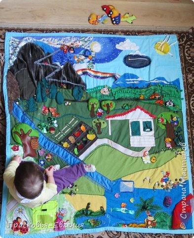 Наш коврик мы начали шить год назад. Первая версия выглядела так http://stranamasterov.ru/node/958605. Ее мы шили на машинке. Там же описана основная идея нашего игрушечного мира.  Последние полгода я дошивала, добавляла. Все вручную. Представляю версию номер два.  фото 26