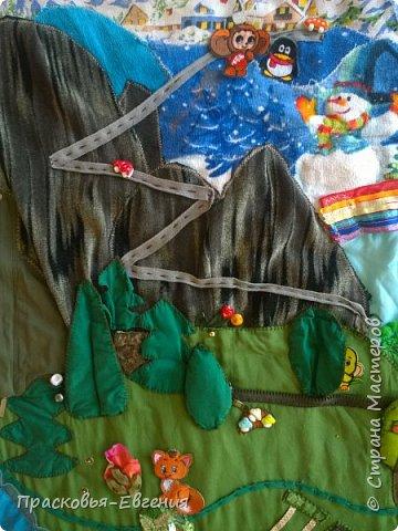 Наш коврик мы начали шить год назад. Первая версия выглядела так http://stranamasterov.ru/node/958605. Ее мы шили на машинке. Там же описана основная идея нашего игрушечного мира.  Последние полгода я дошивала, добавляла. Все вручную. Представляю версию номер два.  фото 2