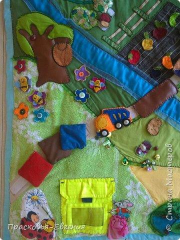 Наш коврик мы начали шить год назад. Первая версия выглядела так http://stranamasterov.ru/node/958605. Ее мы шили на машинке. Там же описана основная идея нашего игрушечного мира.  Последние полгода я дошивала, добавляла. Все вручную. Представляю версию номер два.  фото 9