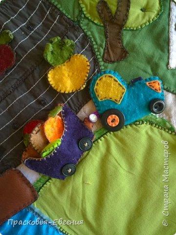 Наш коврик мы начали шить год назад. Первая версия выглядела так http://stranamasterov.ru/node/958605. Ее мы шили на машинке. Там же описана основная идея нашего игрушечного мира.  Последние полгода я дошивала, добавляла. Все вручную. Представляю версию номер два.  фото 15