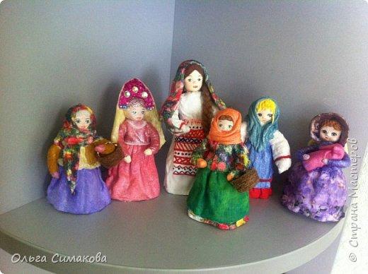 """Добрый день!  Надеюсь, что кому- нибудь будет интересен один из способов, как можно """"одеть"""" кукол на елку. В Технике ВАТНОЕ и СМЕШАННОЕ папье- маше. Смешанное, потому что иногда добавляю влажные салфетки. Можно и без них. Когда- то давно, влажных салфеток не было и иногда в игрушки добавляли ткань или гофрированную бумагу. Например так:   https://im0-tub-ru.yandex.net/i?id=1f8fc3589ff0289822be486e8e770420&n=13  Или так:    http://static.ozone.ru/multimedia/audio_cd_covers/1013590764.jpg. у нас они теперь есть. И почему бы их не применить? Ни где не подсмотрено. Самолично придумано. Но конечно же так уже кто- нибудь наверняка делает и велосипед я не изобретала. Но к сожалению никто не подсказал. А ларчик (как выяснилось) просто открывался... фото 1"""