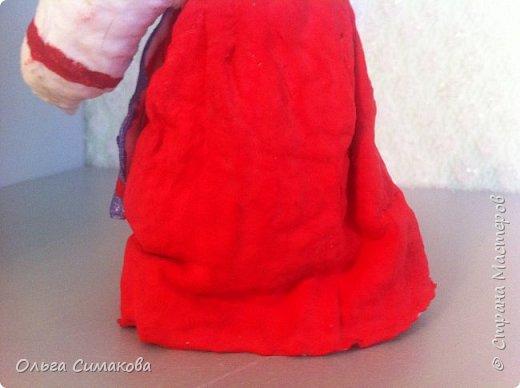 """Добрый день!  Надеюсь, что кому- нибудь будет интересен один из способов, как можно """"одеть"""" кукол на елку. В Технике ВАТНОЕ и СМЕШАННОЕ папье- маше. Смешанное, потому что иногда добавляю влажные салфетки. Можно и без них. Когда- то давно, влажных салфеток не было и иногда в игрушки добавляли ткань или гофрированную бумагу. Например так:   https://im0-tub-ru.yandex.net/i?id=1f8fc3589ff0289822be486e8e770420&n=13  Или так:    http://static.ozone.ru/multimedia/audio_cd_covers/1013590764.jpg. у нас они теперь есть. И почему бы их не применить? Ни где не подсмотрено. Самолично придумано. Но конечно же так уже кто- нибудь наверняка делает и велосипед я не изобретала. Но к сожалению никто не подсказал. А ларчик (как выяснилось) просто открывался... фото 24"""