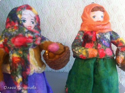 """Добрый день!  Надеюсь, что кому- нибудь будет интересен один из способов, как можно """"одеть"""" кукол на елку. В Технике ВАТНОЕ и СМЕШАННОЕ папье- маше. Смешанное, потому что иногда добавляю влажные салфетки. Можно и без них. Когда- то давно, влажных салфеток не было и иногда в игрушки добавляли ткань или гофрированную бумагу. Например так:   https://im0-tub-ru.yandex.net/i?id=1f8fc3589ff0289822be486e8e770420&n=13  Или так:    http://static.ozone.ru/multimedia/audio_cd_covers/1013590764.jpg. у нас они теперь есть. И почему бы их не применить? Ни где не подсмотрено. Самолично придумано. Но конечно же так уже кто- нибудь наверняка делает и велосипед я не изобретала. Но к сожалению никто не подсказал. А ларчик (как выяснилось) просто открывался... фото 36"""