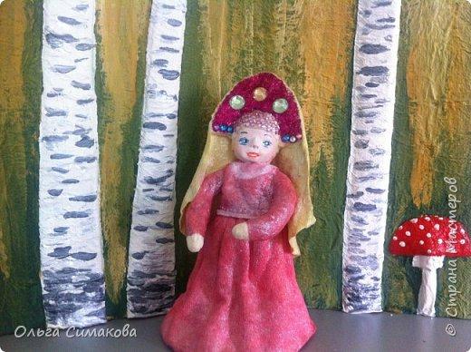 """Добрый день!  Надеюсь, что кому- нибудь будет интересен один из способов, как можно """"одеть"""" кукол на елку. В Технике ВАТНОЕ и СМЕШАННОЕ папье- маше. Смешанное, потому что иногда добавляю влажные салфетки. Можно и без них. Когда- то давно, влажных салфеток не было и иногда в игрушки добавляли ткань или гофрированную бумагу. Например так:   https://im0-tub-ru.yandex.net/i?id=1f8fc3589ff0289822be486e8e770420&n=13  Или так:    http://static.ozone.ru/multimedia/audio_cd_covers/1013590764.jpg. у нас они теперь есть. И почему бы их не применить? Ни где не подсмотрено. Самолично придумано. Но конечно же так уже кто- нибудь наверняка делает и велосипед я не изобретала. Но к сожалению никто не подсказал. А ларчик (как выяснилось) просто открывался... фото 7"""