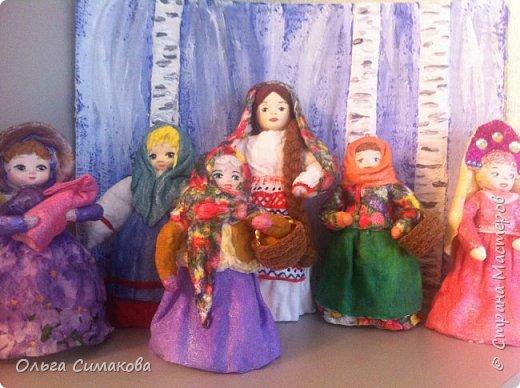 """Добрый день!  Надеюсь, что кому- нибудь будет интересен один из способов, как можно """"одеть"""" кукол на елку. В Технике ВАТНОЕ и СМЕШАННОЕ папье- маше. Смешанное, потому что иногда добавляю влажные салфетки. Можно и без них. Когда- то давно, влажных салфеток не было и иногда в игрушки добавляли ткань или гофрированную бумагу. Например так:   https://im0-tub-ru.yandex.net/i?id=1f8fc3589ff0289822be486e8e770420&n=13  Или так:    http://static.ozone.ru/multimedia/audio_cd_covers/1013590764.jpg. у нас они теперь есть. И почему бы их не применить? Ни где не подсмотрено. Самолично придумано. Но конечно же так уже кто- нибудь наверняка делает и велосипед я не изобретала. Но к сожалению никто не подсказал. А ларчик (как выяснилось) просто открывался... фото 66"""