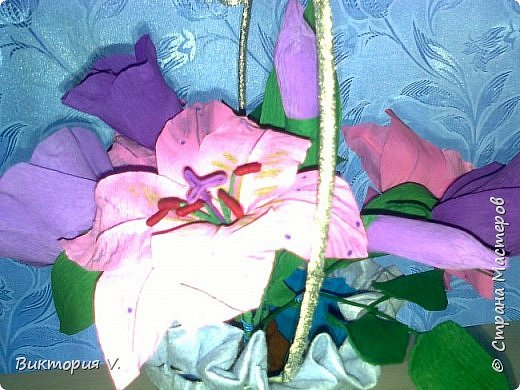 Цветы сделаны к 8 марта. Это подарок  с сюрпризом, в некоторых бутонах конфеты, а еще есть цветочки, в которых спрятаны записки с поздравлениями.  фото 5