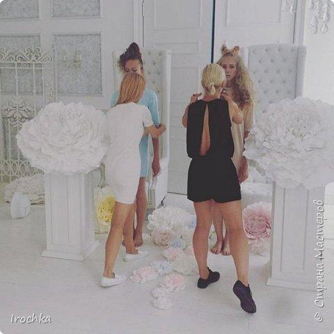 """Всем доброго дня! Немного ранее публиковала свою работу - гигантский пион - и обещала показать пионы """"в деле"""". http://stranamasterov.ru/node/1033841  Показываю!))) Пионы участвовали в сьемке коллекции одежды, чуть фотографий процесса фото 2"""