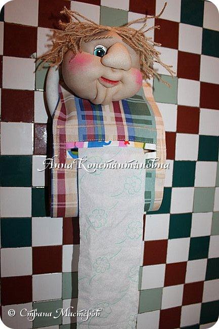 вот такой простой пластмассовый держатель превратила в интересную куклу-держатель для туалетной бумаги.... фото 1