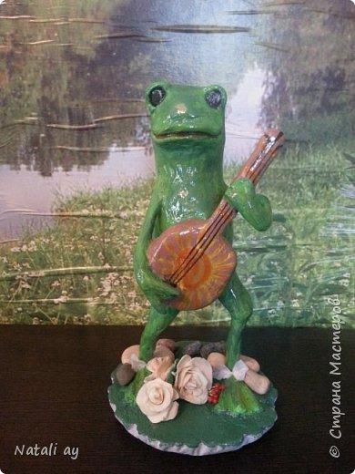 первая проба папье-маше. эту лягушку делала бабушке на юбилей,ей исполнилось 80 лет. фото 1
