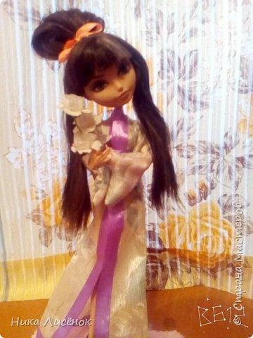 """Всем привет! Вот, сдаю работу на конкурс """"Япония""""... Для него у меня пошилось такое кимоно, заплела кукляше видоизменённую шишку... Правда рукава получились не такие длинные как я хотела) (Пришлось фотографировать в В612) фото 2"""