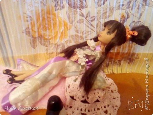 """Всем привет! Вот, сдаю работу на конкурс """"Япония""""... Для него у меня пошилось такое кимоно, заплела кукляше видоизменённую шишку... Правда рукава получились не такие длинные как я хотела) (Пришлось фотографировать в В612) фото 5"""