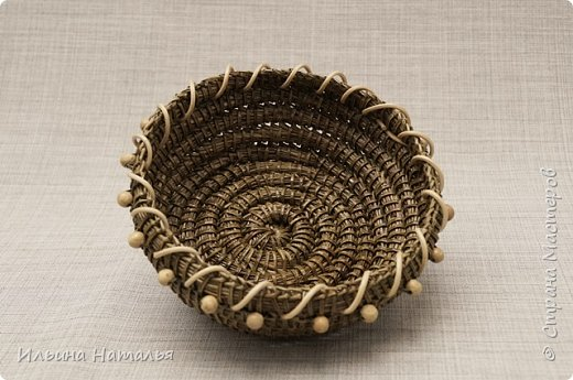 Две маленькие вазочки-орешницы сплетены безниточным способом из иглы сосны Крымской. Декор - ротанг и деревянные бусины. Размеры маленькой вазочки (без бусин): диаметр основания 8,5 см., высота 4 см. Вазочка побольше (он с бусинами и более выпуклыми стенками) имеет диаметр основания 9 см., диаметр верха 12 см. и высоту 4 см. фото 2