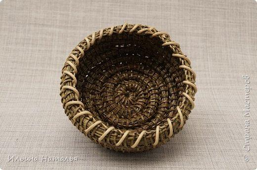 Две маленькие вазочки-орешницы сплетены безниточным способом из иглы сосны Крымской. Декор - ротанг и деревянные бусины. Размеры маленькой вазочки (без бусин): диаметр основания 8,5 см., высота 4 см. Вазочка побольше (он с бусинами и более выпуклыми стенками) имеет диаметр основания 9 см., диаметр верха 12 см. и высоту 4 см. фото 5