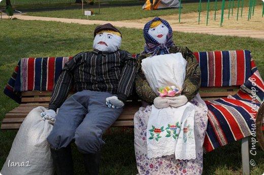 Здравствуйте, жители СМ. Этим летом наша школа участвовала в конкурсе по благоустройству территории. И я как всегда не смогла остаться за бортом подобных мероприятиий. В этот раз это куклы из соломы в полный рост украшающие импровизированную поляну сказок. фото 2