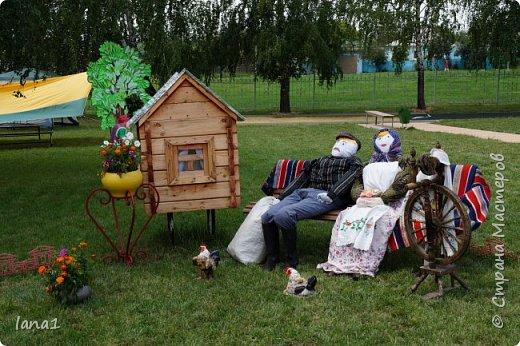 Здравствуйте, жители СМ. Этим летом наша школа участвовала в конкурсе по благоустройству территории. И я как всегда не смогла остаться за бортом подобных мероприятиий. В этот раз это куклы из соломы в полный рост украшающие импровизированную поляну сказок. фото 1