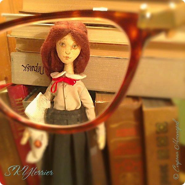 Ася - маленькая хранительница книжной полки... Мечтательная, и поэтому немножко рассеянная... фото 1