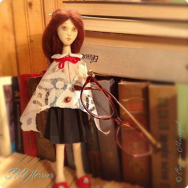 Ася - маленькая хранительница книжной полки... Мечтательная, и поэтому немножко рассеянная... фото 2